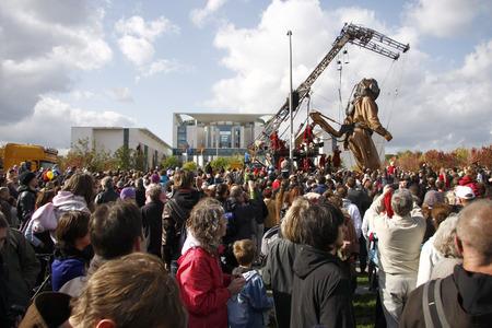 "luxe: Riese, the Federal Chancellery - Riesentheaterperformace  ""Le Rendez-Vous de Berlin THE BERLIN REUNION "" (Royal de Luxe), under the spielzeiteuropa der Berliner Festspiele, October 4, 2009, Berlin-Tiergarten. Editorial"