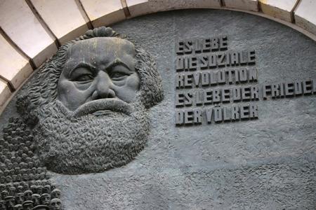 karl: Karl Marx Relief Berlin Mitte.