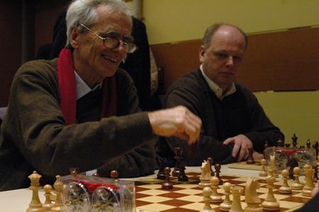 hans: Green politician Hans Christian Stroebele 14 politicians chess tournament on 27 November 2004 the hotel Berlin Luetzowplatz Berlin Charlottenburg.