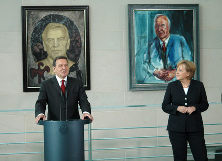 chancellor: Gerhard Schroeder in front of his portrait and Angela Merkel before the portrait of her former mentor and Amtsvorgaengers, Helmut Kohl - transferring the official chancellor portrait Gerhard Schroeder painter Joerg Immendorff and hung the painting in the  Editorial