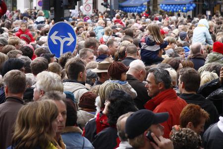 luxe: Crowd on Unter den Linden - Riesentheaterperformace Le Rendez-Vous de Berlin THE BERLIN REUNION Royal de Luxe, in the context of spielzeiteuropa der Berliner Festspiele, October 3rd 2009, Berlin-Mitte.