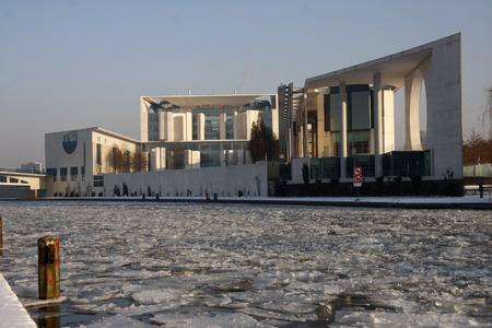 chancellerie: Winter in Berlin: Federal Chancellery, Spree, Berlin-Tiergarten.