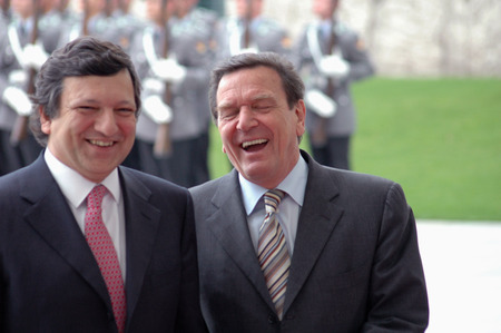 honors: EU Commission President Jose Manuel Barroso and Bundeskanlzer Gerhard Schroeder, reception with military honors, the Federal Chancellery, Berlin-Tiergarten.