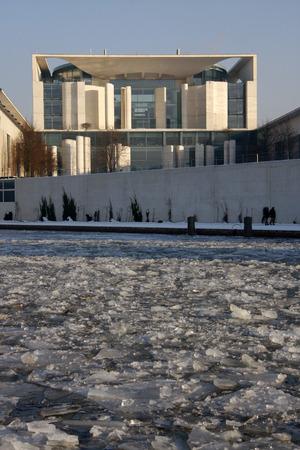 chancellery: Winter in Berlin: Federal Chancellery, Spree, Berlin-Tiergarten.