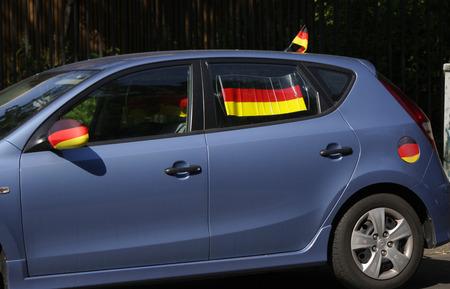 bandera alemania: Bandera de Alemania en un coche durante la Copa Mundial de F�tbol en 2014, Berl�n.