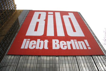 loves: Large poster: Picture loves Berlin, Axel Springer Zenrale, Berlin-Kruezberg.