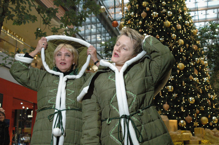 roth: Federal Consumer Protection Minister Renate Knast, Green Party Chairwoman Claudia Roth, disguised as green Weihnachstfrauen at the start of the campaign Fair - play sichs better when it comes to guaranteeing social standards in toys production, 14 Decem Editorial