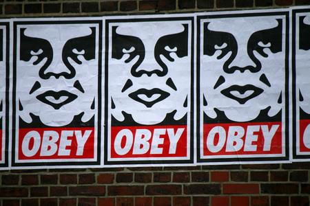 """obedecer: un graffiti del artista callejero Shepard Fairey del """"Andre el Gigante"""", la serie, en junio de 2015, Berlín-boda. Editorial"""