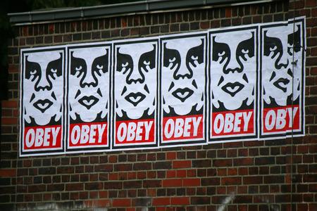"""obey: un graffiti del artista callejero Shepard Fairey del """"Andre el Gigante"""", la serie, en junio de 2015, Berlín-boda. Editorial"""