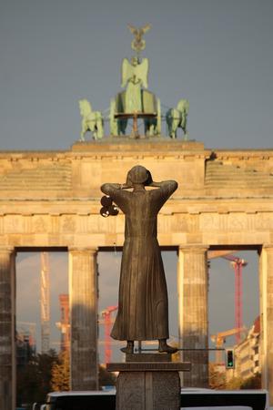 17: Bust sculpture Der Rufer, Brandenburg Gate, Strasse des 17. Juni, Berlin-Tiergarten.