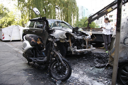 vandal: flared Cars: several cars, including a Porsche Cayenne, were destroyed by another arson attack aam Holsteiner Ufer in the district Tiergarten, June 10, 2011, Berlin.