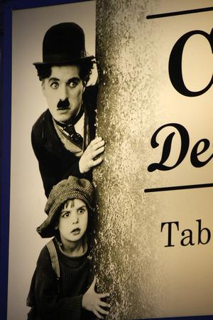 Charlie Chaplin im Filmszene Einer Auf einer Leuchtreklame fuer EINEN Kiosk, Berlin. Editorial