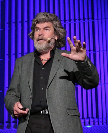 buch: Reinhold Messner - Lesung aus seinem Buch Ueberleben, Universitaet der Kuenste, 18. April 2015, Berlin.