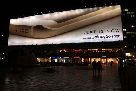 samsung: Werbung fuer das neu angekuendigte Smartphone Samsung Galaxy S6 Edge, Breitscheidplatz, Berlin-Charlottenburg.