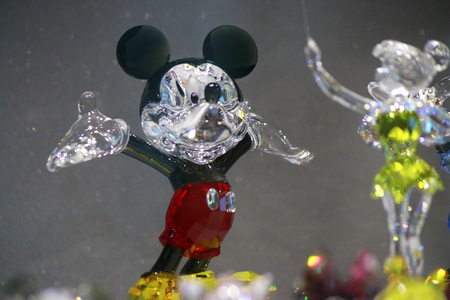 mickey: Mickey Mouse Figur aus Swarovski Kristallen, Berlin.