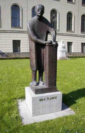 planck: Max Planck statue, Humboldt University, Unter den Linden, Berlin-Mitte.