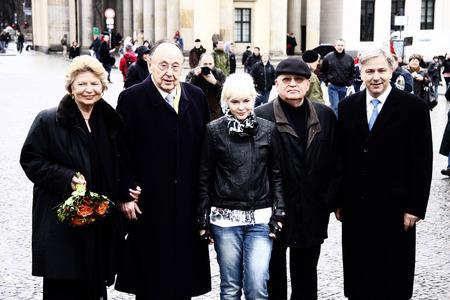 gorbachev: Hans-Dietrich Genscher, Mikhail Gorbachev, Klaus Wowereit et al. - Walk through the Brandenburg Gate, Pariser Platz, 13 March 2009, Berlin-Mitte.