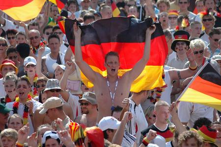 euphoria: deutsche Fans vor dem Achtelfinale bei der Fussballweltmeisterschaft 2006 zwischen Deutschland und Schweden am 24. Juni 2006, Fanmeile auf der Strasse des 17. Juni, Berlin-Tiergarten.