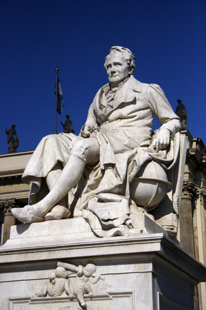den: Alexander von Humboldt-Statue, Humboldt Universitaet, Unter den Linden, Berlin-Mitte. Editorial