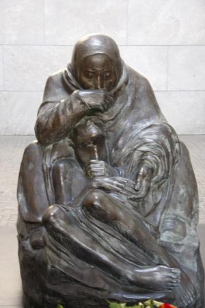 den: Skulptur Mutter mit torem Sohn von Kaethe Kollwitz, Neue Wache, Unter den Linden, Berlin-Mitte.