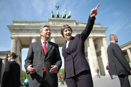 helen: die Premierministerin Neuseelands, Helen Clark, beim Regierenden Buergermeister von Berlin, Klaus Wowereit, am 29. April 2005 vor dem Brandenburger Tor, Berlin-Mitte.