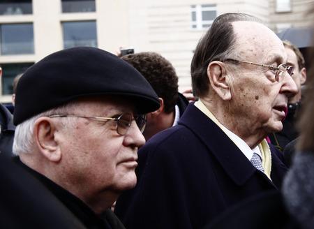 gorbachev: Michail Gorbatschow, Hans-Dietrich Genscher - Gang durch das Brandenburger Tor, Pariser Platz, 13. Maerz 2009, Berlin-Mitte.