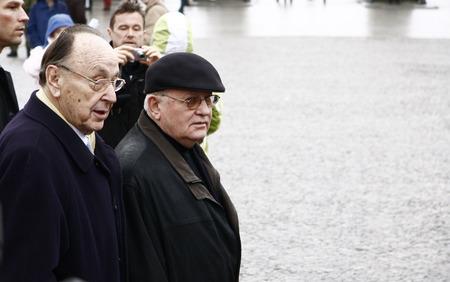 gorbachev: Hans-Dietrich Genscher, Michail Gorbatschow - Gang durch das Brandenburger Tor, Pariser Platz, 13. Maerz 2009, Berlin-Mitte.