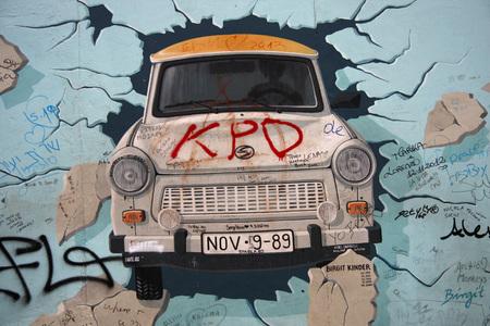 kinder: Impressionen: das Mauerstueck an der East Side Gallery mit dem Bild von Birgit Kinder Test the Rest, Zustand  April 2013, Berlin.