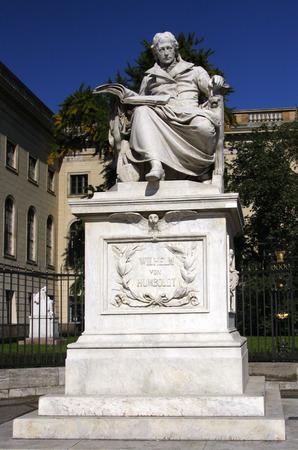 den: Wilhelm von Humboldt-Statue, Humboldt Universitaet, Unter den Linden, Berlin-Mitte.