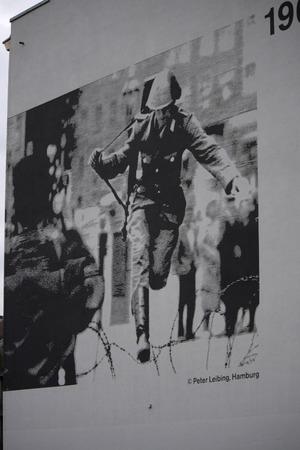 mauer: Bilder von der Berliner Mauer an Hausfassaden an der Bernauer Strasse, Berlin-Mitte.