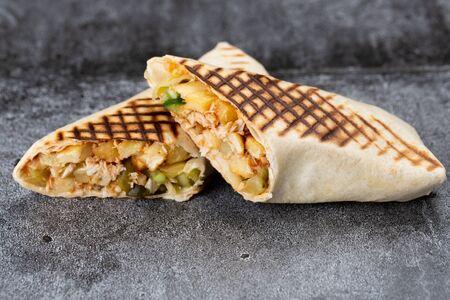 roll of chicken, cucumbers and fries. grilled shawarma Zdjęcie Seryjne