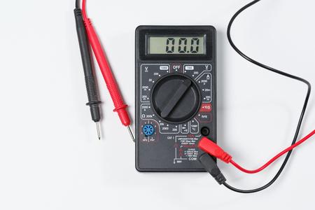 Herramienta para la verificación de equipos eléctricos y circuitos eléctricos. Multímetro digital sobre fondo blanco.