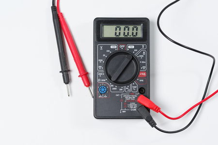 Tool for checking electrical equipment and electrical circuits. Digital multimeter on white background. Banque d'images