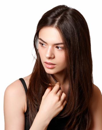 belleza Retrato de una joven hermosa morena con ojos marrones y cabello recto largo que fluye mirando hacia los lados. aislado sobre fondo blanco.