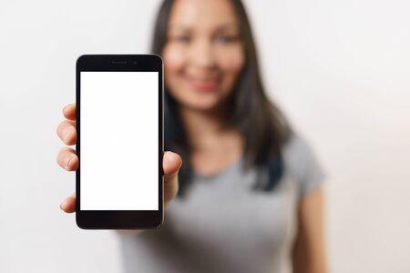 Chiuda sulla mano della donna che tiene il telefono nero sul tracciato di ritaglio bianco all'interno. su sfondo bianco