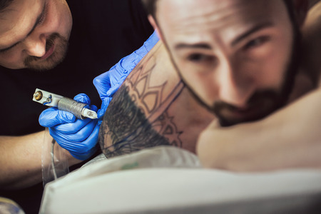 Tattooist makes a tattoo. Closeup 版權商用圖片