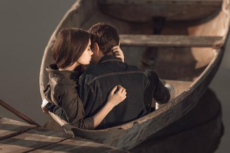 湖で小さなボートを漕いで幸せなロマンチックなカップル 写真素材