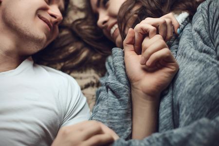 young couple sex: Молодая красивая пара влюбленных объятием и поцелуем