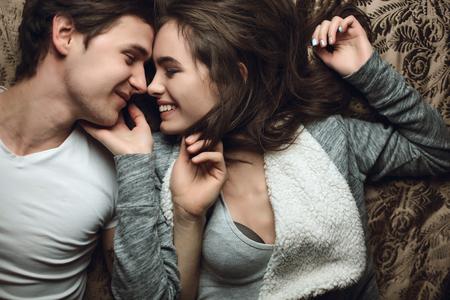 nackter junge: Junge sch�ne Liebespaar Umarmung und Kuss