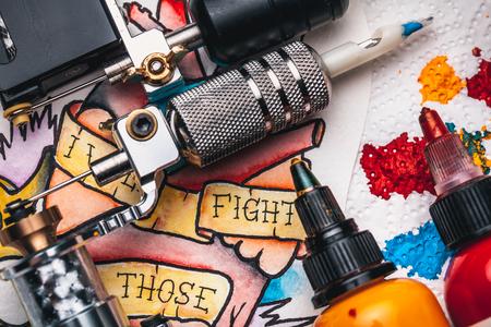 交換用品の滅菌パッケージ、スケッチ、インク、古いボードの白い背景のタトゥーマ シーンのタトゥー 写真素材