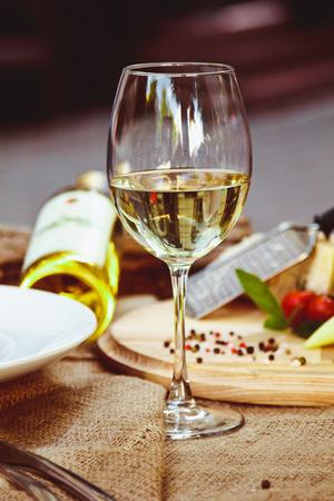 Un bicchiere di vino bianco sorge su un tavolo al ristorante