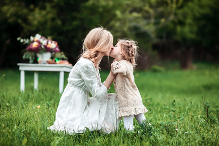 niños riendose: A mother and child cuddling and having fun in nature.
