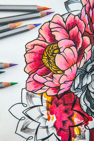 古い木製の背景に横たわっている色鉛筆で花を描く美しいスケッチ