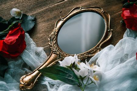 美しい木製の背景に花模様のビンテージ ミラー