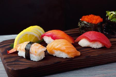 新鮮な寿司のサーモン、エビとマグロのセットします。伝統的な日本料理。