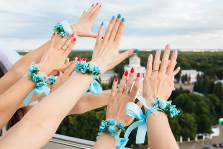女の子は、花とリボンのブートニ エールを飾る手 whis を表示します。ボタンホール。パーティー スタイル自由奔放に生きる。パーティの夜乙女。独