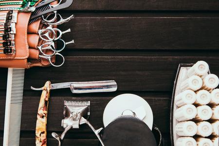 美しいプロフェッショナル ツール プロフェッショナル理容室キット、はさみ、鋭いかみそり、機械および電子バリカン、ヘアカーラー、クリップ。