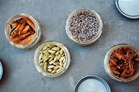말린 허브와 향신료의 선택. 계피, 카 다몬, 라벤더, 스타 아니스에 조미료와 향을 첨가하여 요리에 사용하십시오.
