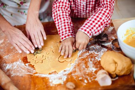 Wesołych Świąt i Szczęśliwego Wakacje. Przygotowanie rodziny jedzenie świąteczne. Matka i córka gotowania plików cookie w nowym roku wnętrza z choinki.