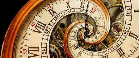 골동품 오래 된 시계 추상 프랙탈 나선형입니다. 시계 클래식 메커니즘. 오래 된 패션 시계 로마 아라비아 숫자 시계 손 추상 효과 나선형